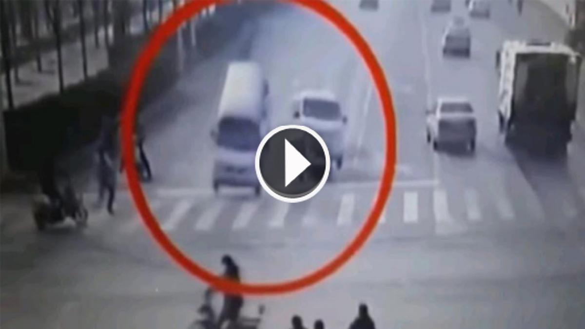 Bizarre Moment That Vehicles Levitate Inexplicably As They Drive Over Busy Crossroads.Watch!!...
