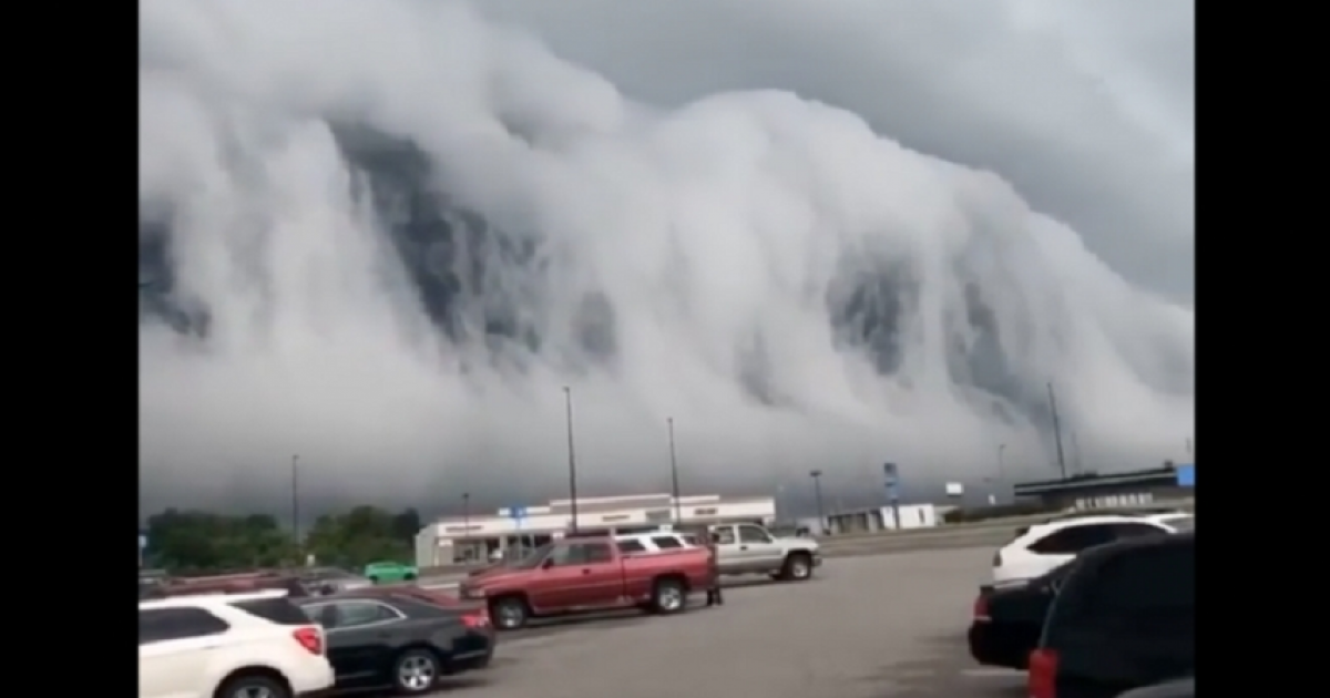 'Doom Nimbus'- Incredible Shelf Cloud Filmed Over Anna, Illinois That Takes Internet By Storm.